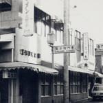 角は化粧品。店柳小路沿い(写真右奥)に美容室入口がありました。(昭和40年頃)