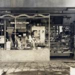 現オレンジ通り(当時は区役所通り)に面し化粧品店がありました。(昭和27年)