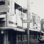 昭和40年-角は化粧品店、柳小路沿い(写真右奥)に美容室入口がありました。