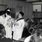 昭和40年頃-花嫁着付けの指導をする永車梅野