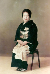 昭和49年-永車梅野は美容業界発展に尽力した功績で紫綬褒章を授与されました