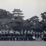 昭和49年-受勲者記念撮影。前列右から7番目が永車梅野