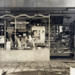昭和27年-現オレンジ通り(当時は区役所通り)に面した化粧品店がありました。